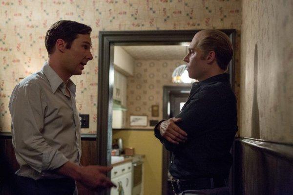 Benedict Cumberbatch atua com um Johnny Depp quase irreconhecível em Aliança do Crime (photo by outnow.ch)