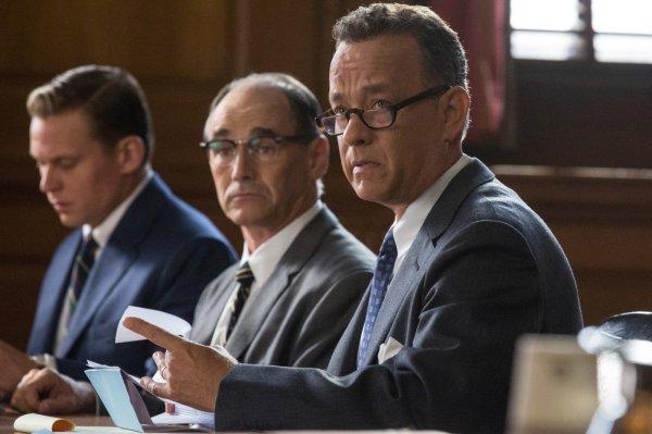 Em primeiro plano, Tom Hanks vive o advogado James Donovan em Ponte de Espiões (photo by outnow.ch)