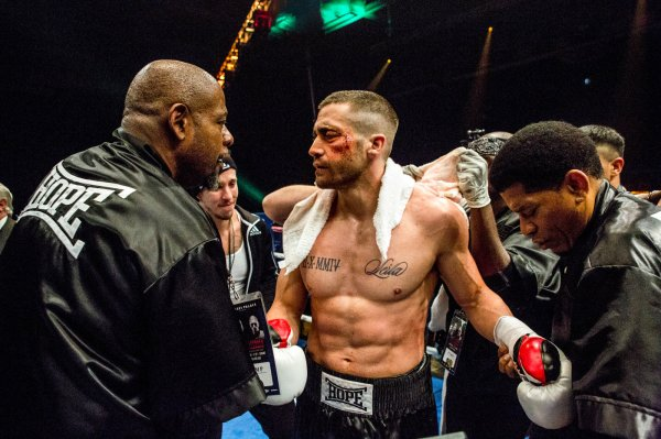 Jake Gyllenhaal como o boxeador Billy Hope com o treinador Tick Wills (Forest Whitaker) em cena de Southpaw (photo by outnow.ch)
