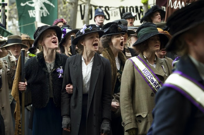 Carey Mulligan (centro) em cena de protesto de Suffragette (photo by cine.gr)