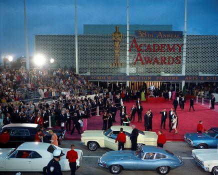Fachada do Santa Monica Civic Auditorium para o 38º Annual Academy Awards, onde ocorreu a primeira transmissão em cores para a TV (photo by twitter.com)