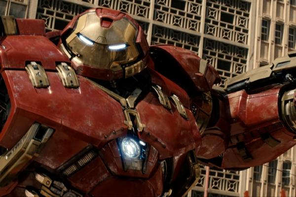 Homem de Ferro em ação contra o Hulk em Vingadores: Era de Ultron (photo by cinemagia.ro)