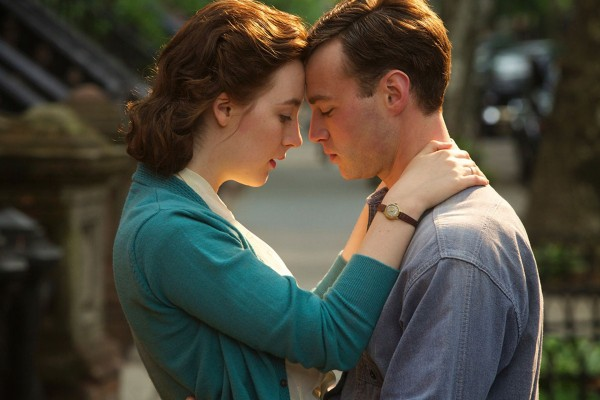 Saoirse Ronan e Emory Cohen em cena de Brooklyn (photo by cine.gr)