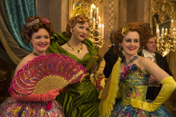 No centro, Cate Blanchett como a Madrasta em cena de Cinderela (photo by outnow.ch)