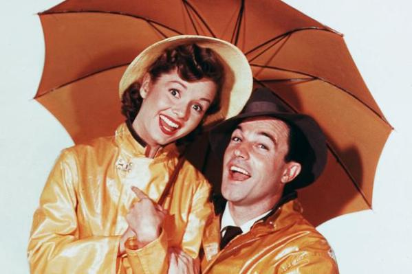 Debbie Reynolds com Gene Kelly no filme Cantando na Chuva (photo by thetimes.co.uk)