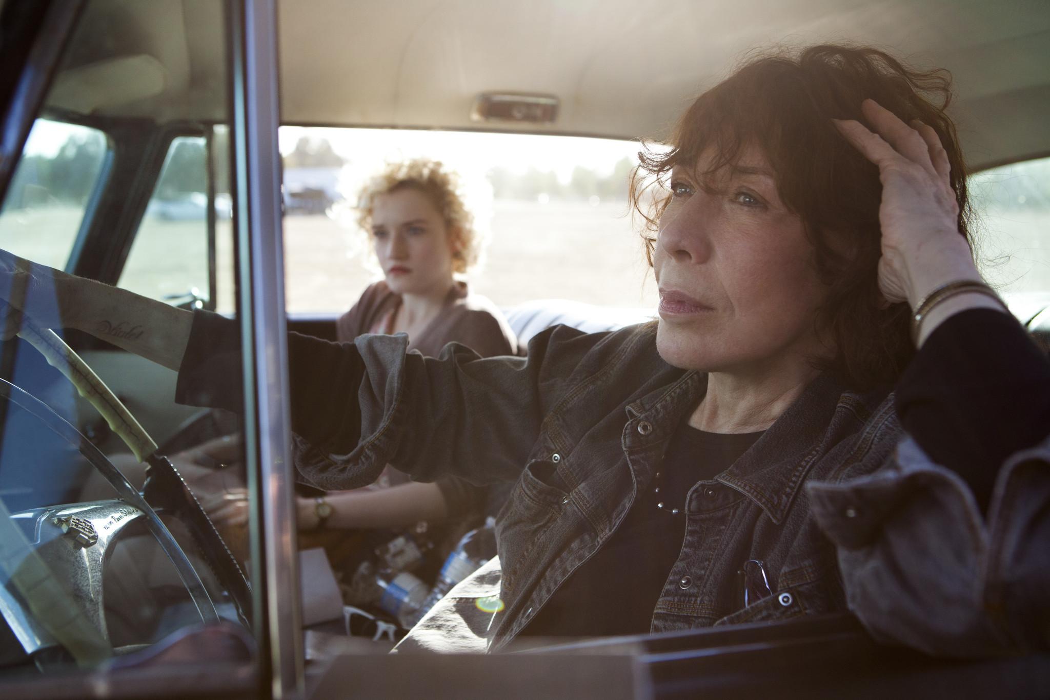 Lily Tomlin em primeiro plano e Julie Garner ao fundo em cena de Grandma (photo by latimes.com)
