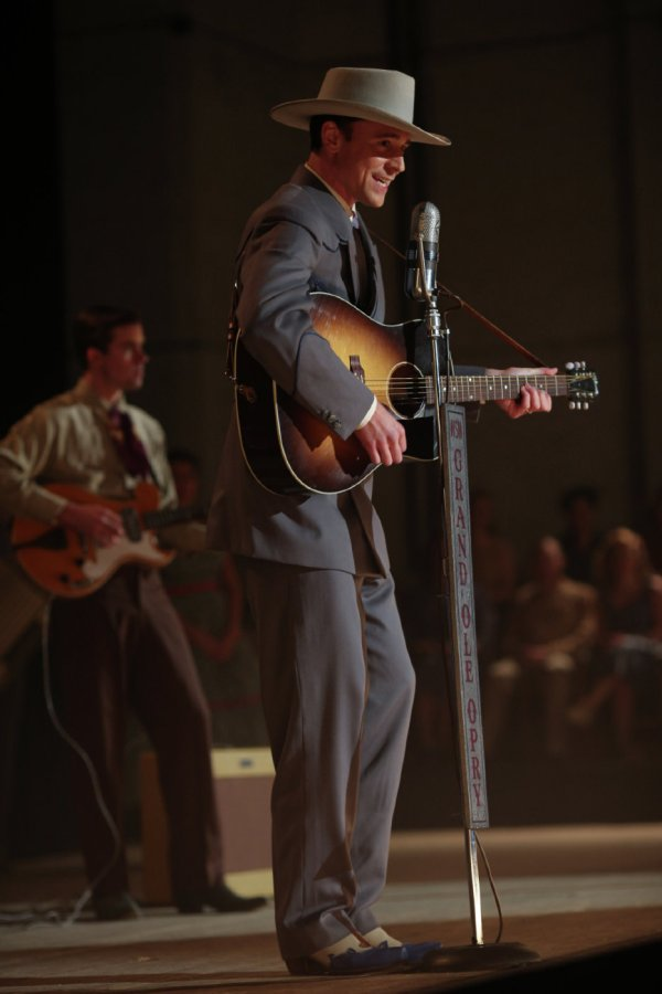 Tom Hiddleston caracterizado como o cantor Hank Williams (photo by outnow.ch)