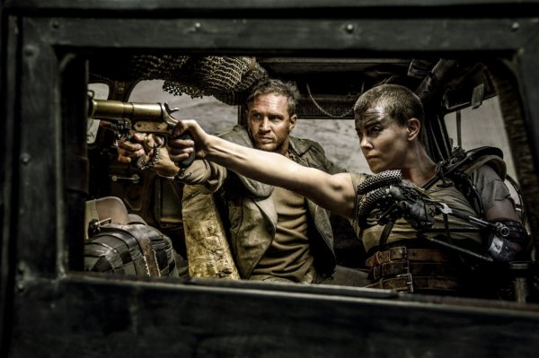 Tom Hardy e Charlize Theron em cena de Mad Max: Estrada da Fúria (photo by outnow.ch)