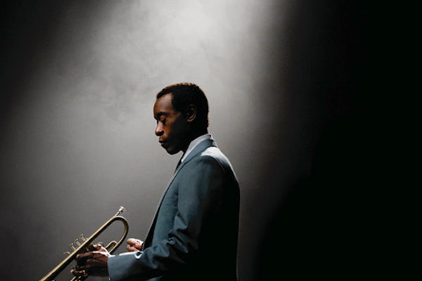Don Cheadle como o músico Miles Davis em Miles Ahead (photo by jazzmusic.in)