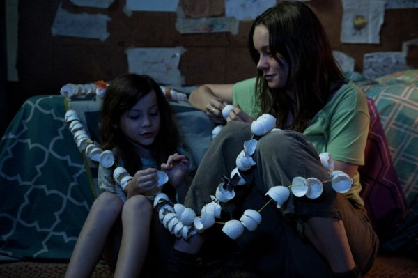 Brie Larson como a mãe em cena de Room (photo by outnow.ch)