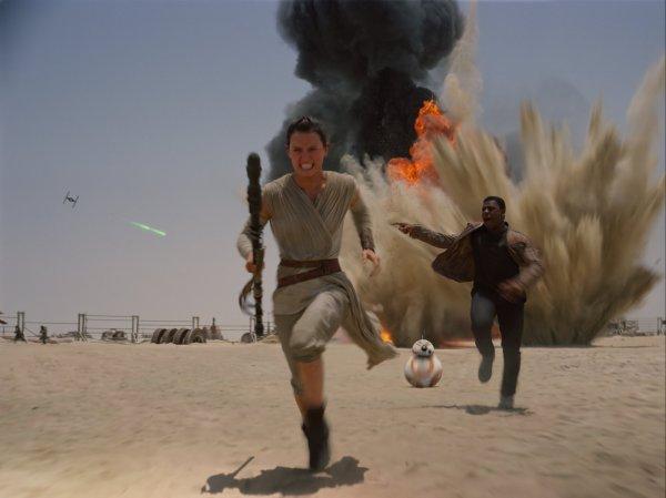 Daisy Ridley corre em cena de Star Wars: Episódio VII - O Despertar da Força (photo by (outnow.ch)