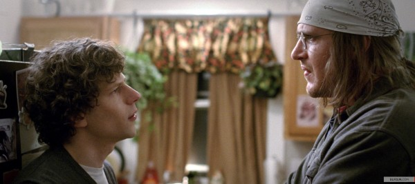 Jesse Eisenberg como o repórter e o Jason Segel como David Foster Wallace em cena de The End of the Tour (photo by elfilm.com)