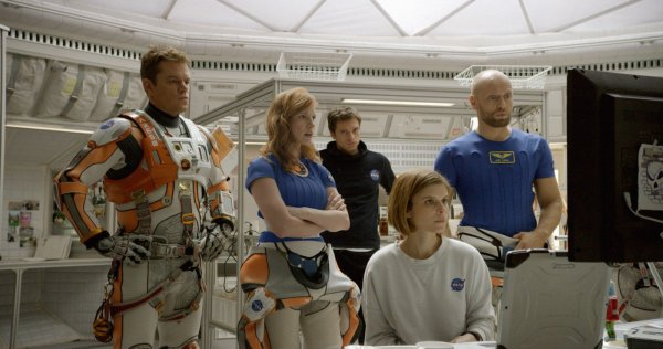 Da esquerda pra direita: Matt Damon, Jessica Chastain, Kate Mara e Sebastian Stan em cena de Perdido em Marte (photo by outnow.ch)