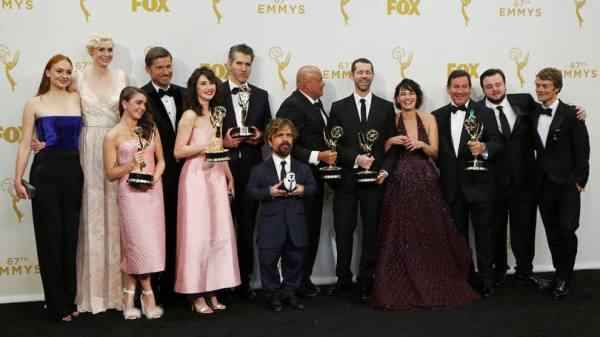 Elenco e equipe de Game of Thrones posa para fotos após vitória histórica no Emmy (photo by radiotimes.com)