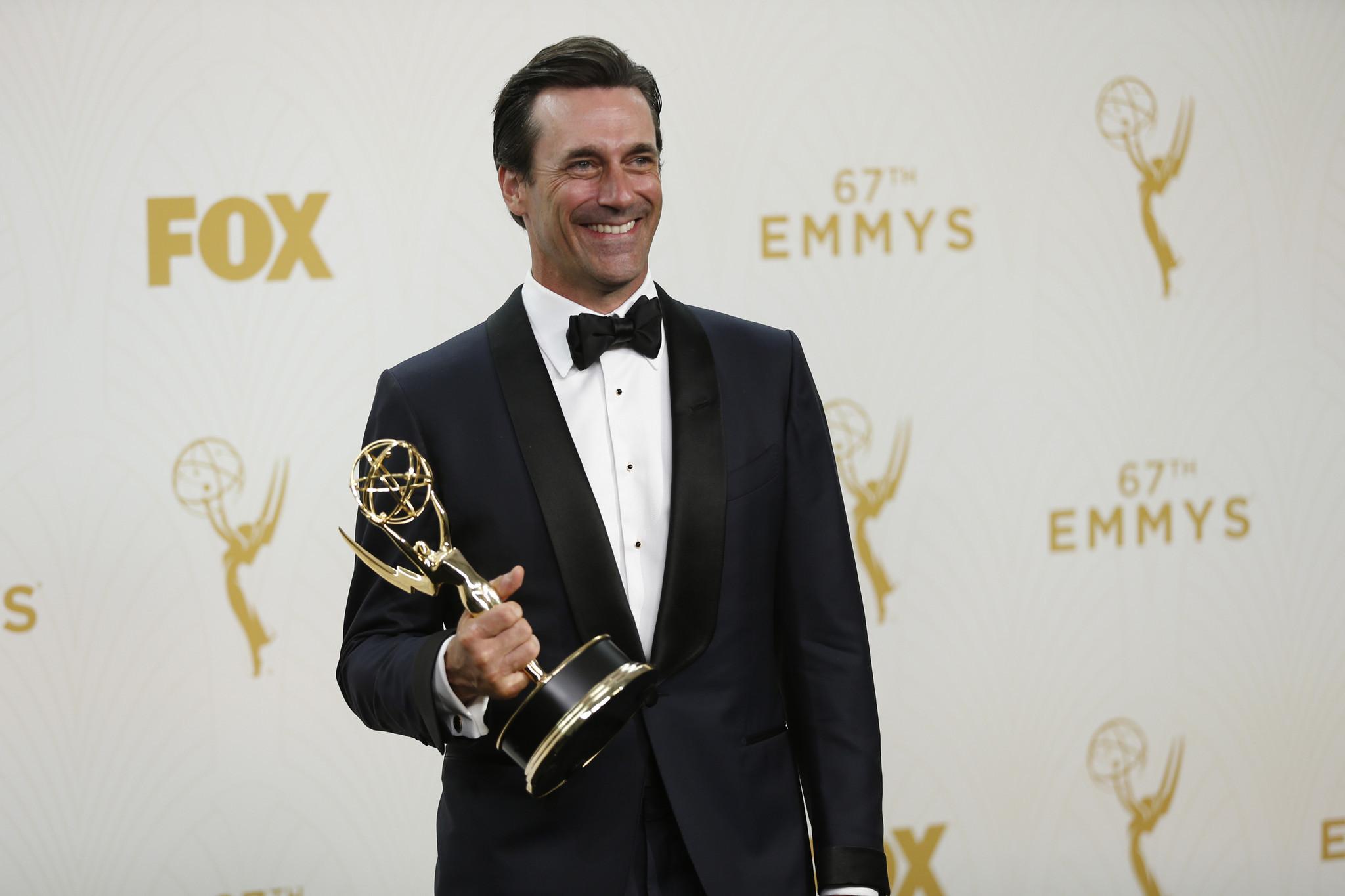 Jon Hamm posa para fotos no backstage com seu primeiro e último Emmy por Mad Men (photo by latimes.com)