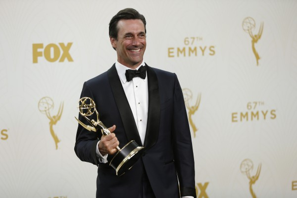 Jon Hamm posa para fotos no backstage com seu primeiro e último Emmy por Mad Men (photo by latimes.com)