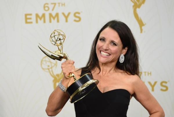 Julia Louis-Dreyfus com seu sexto Emmy na mão (photo by usatoday.com)