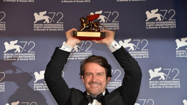 O diretor venezuelano Lorenzo Vigas ostenta o primeiro Leão de Ouro para a América Latina por Desde Allá (photo by sicnoticias.sapo.pt)