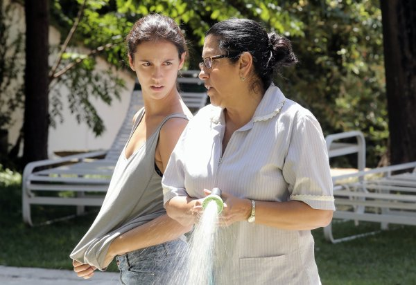 À esquerda, Camila Márdila contracena com Regina Casé. Elas interpretam filha e mãe, respectivamente. (photo by outnow.ch)