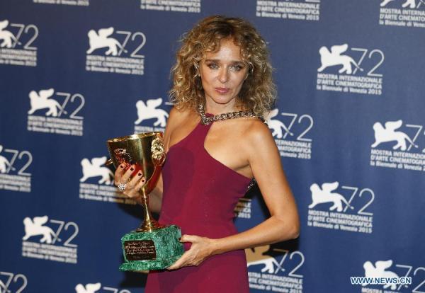 Valeria Golino com seu Volpi Cup de Melhor Atriz por Per Amor Vostro (photo by news.xinhuanet.com)