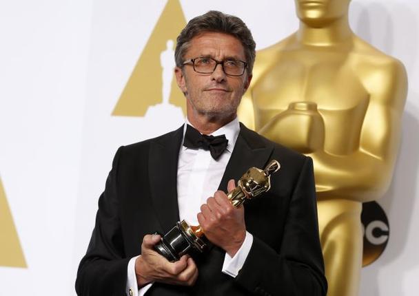 O diretor Pawel Pawlikowski posa com seu Oscar de Filme em Língua Estrangeira este ano por Ida (photo by thehindubissinessline.com)