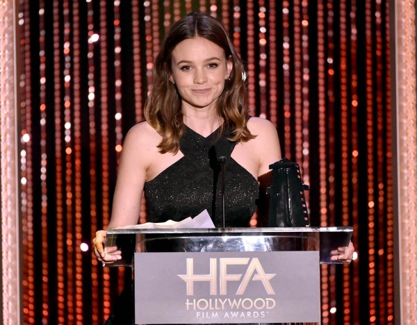 Carey Mulligan aceita o prêmio de Atriz por As Sufragistas (Photo by Kevin Winter/Getty Images)
