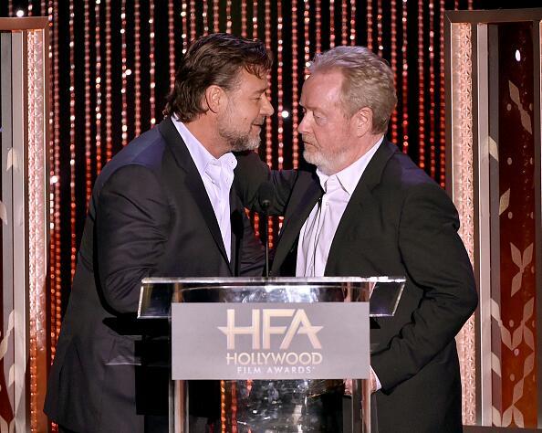 Com sua melhor feição estilo carrancuda, o diretor Ridley Scott recebe o prêmio de Melhor Filme das mãos do ator Russell Crowe (photo by twitter.com)