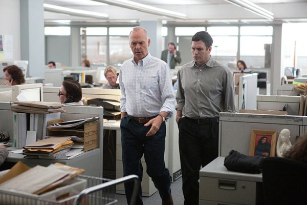 Michael Keaton e Mark Ruffalo em cena de Spotlight (photo by cine.gr)