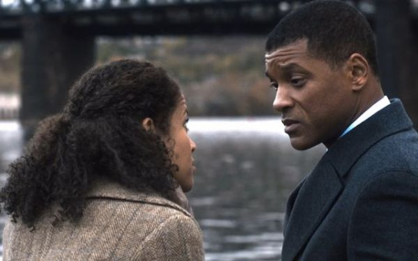 Will Smith em cena com Gugu Mbatha-Raw em Concussion (photo by cine.gr)
