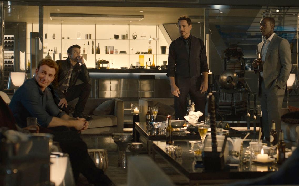Rodada de heróis em volta do martelo em Vingadores: Era de Ultron (photo bu cinemagia.ro)