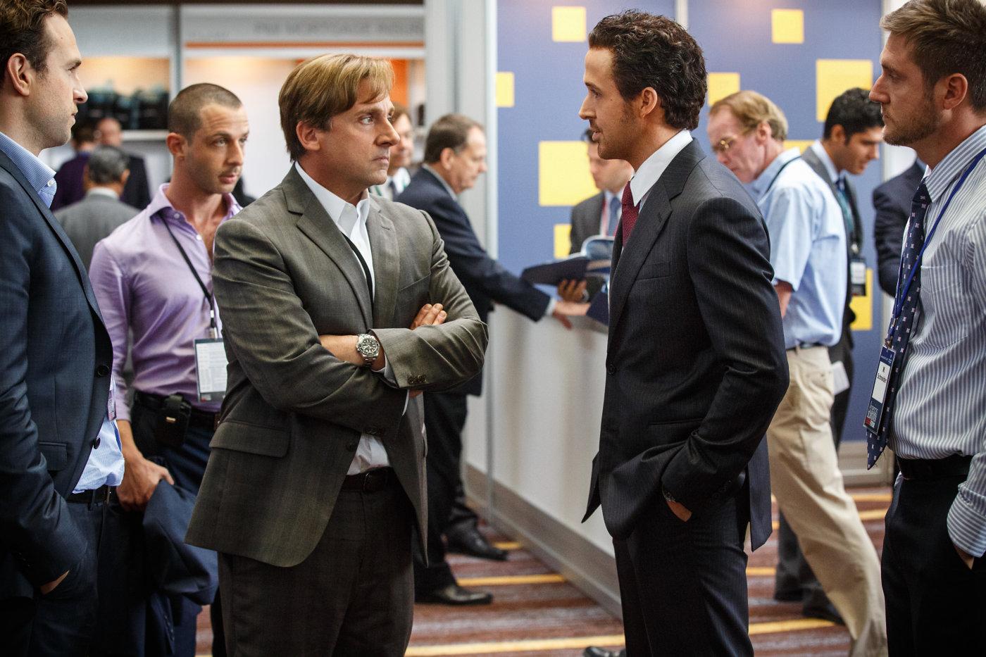 Steve Carell e Ryan Gosling em cena de A Grande Aposta, de Adam McKay (photo by cine.gr)