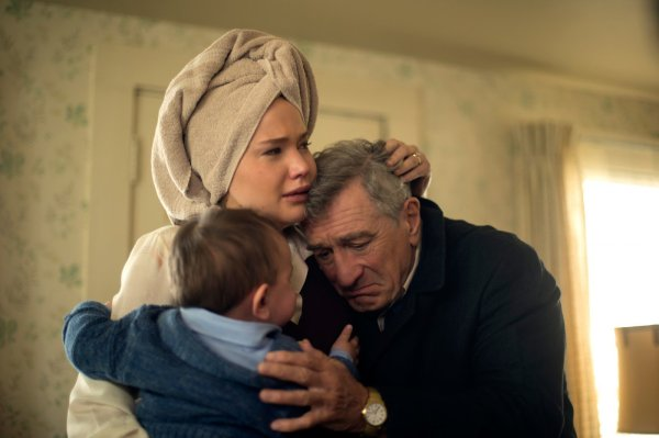 Jennifer Lawrence e Robert De Niro em cena de Joy: O Nome de Sucesso (photo by outnow.ch)