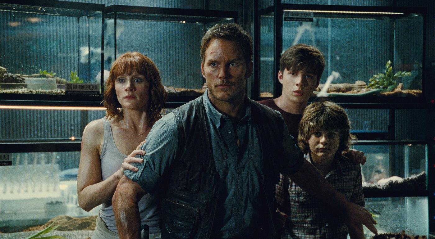 Chris Pratt e Bryce Dallas Howard em cena de Jurassic World: O Mundo dos Dinossauros (photo by outnow,ch)