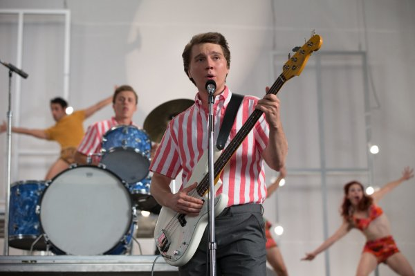 Paul Dano como Brian Wilson dos Beach Boys em cena de Love & Mercy (photo by outnow.ch)