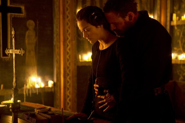 Marion Cotillard com Michael Fassbender em cena de Macbeth (photo by outnow.ch)