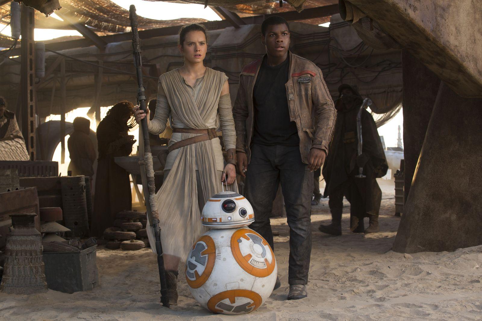 Rey, Finn e BB-8 em cena de Star Wars: Episódio VII - O Despertar da Força (photo by cinemagia.ro)