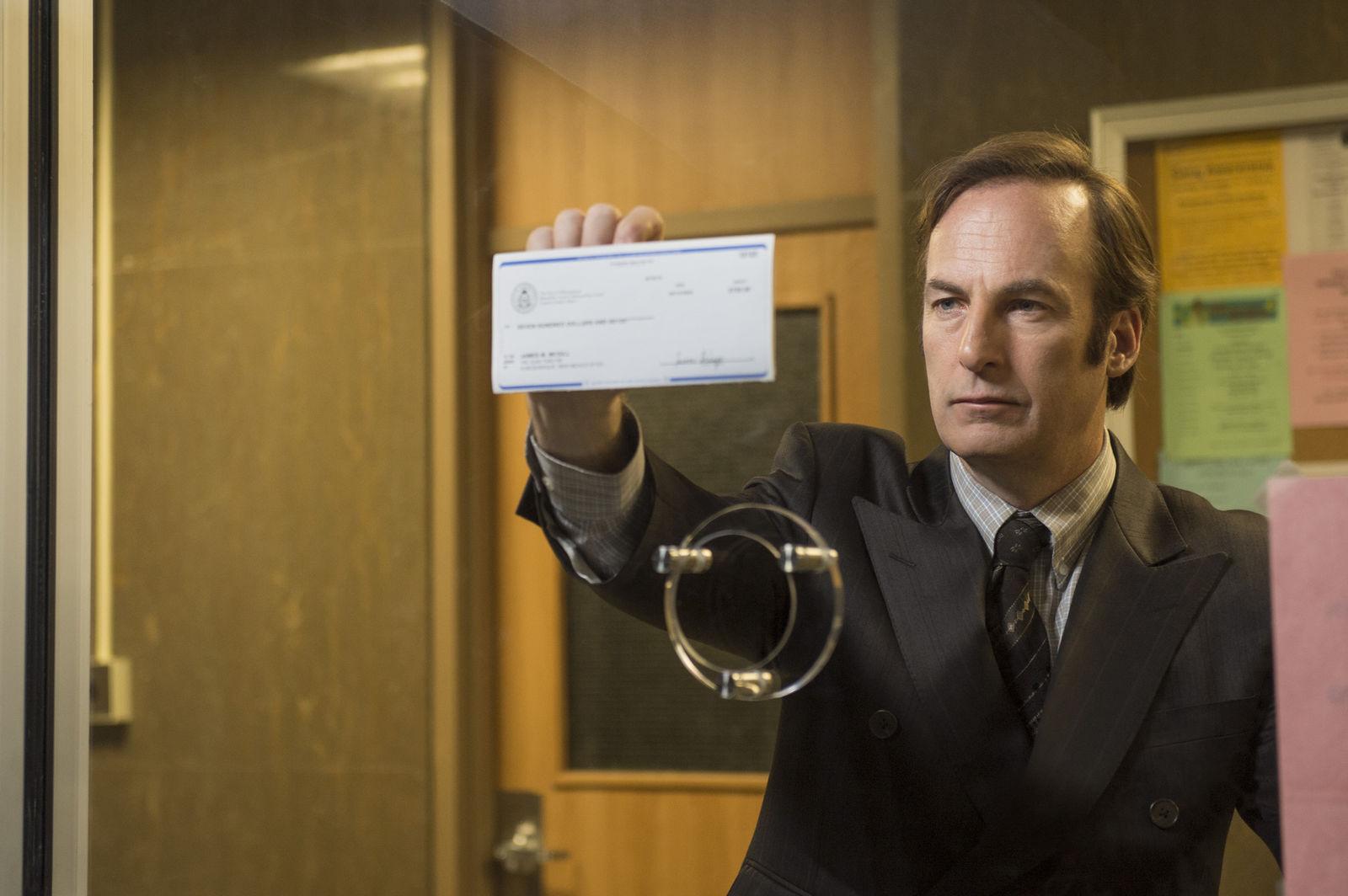 Bob Odenkirk como Jimmy McGill em cena de Better Call Saul (photo by cinemagia.ro)