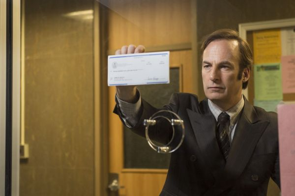 Bob Odenkirk como Jimmy McGill em cena de Better Call Saul (photo by cinemagia.ro)