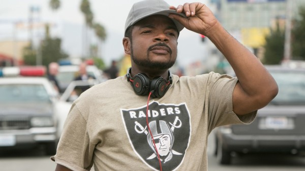O diretor F. Gary Gray no set de Straight Outta Compton: A História do N.W.A. (photo by latimes.com)