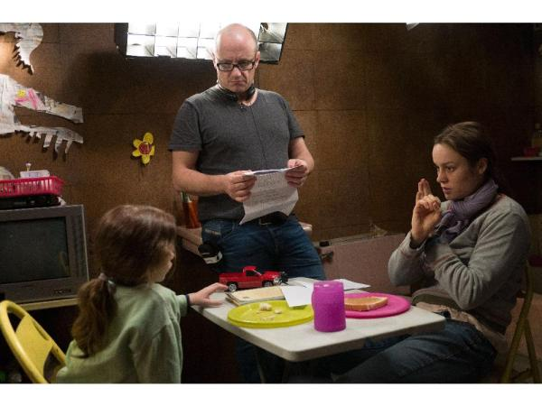 No centro, Lenny Abrahamson dirige o menino Jacob Tremblay e Brie Larsen no set de O Quarto de Jack (photo by montrealgazette.com)