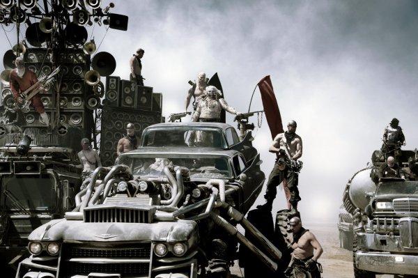 Mad Max: Estrada da Fúria: o filme já vale por causa do roqueiro com guitarra que expele fogo! É uma experiência única. (photo by cine.gr)