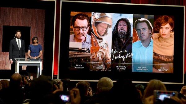 À esquerda, John Krasinski e Cheryl Boone Isaacs divulgam os indicados a Melhor Ator (photo by gettyimages from npr.org)