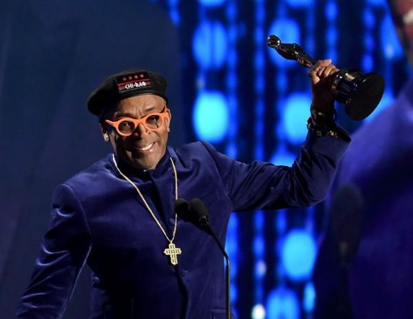 O diretor Spike Lee com seu Oscar Honorário (photo by Getty Images through wsoctv.com)