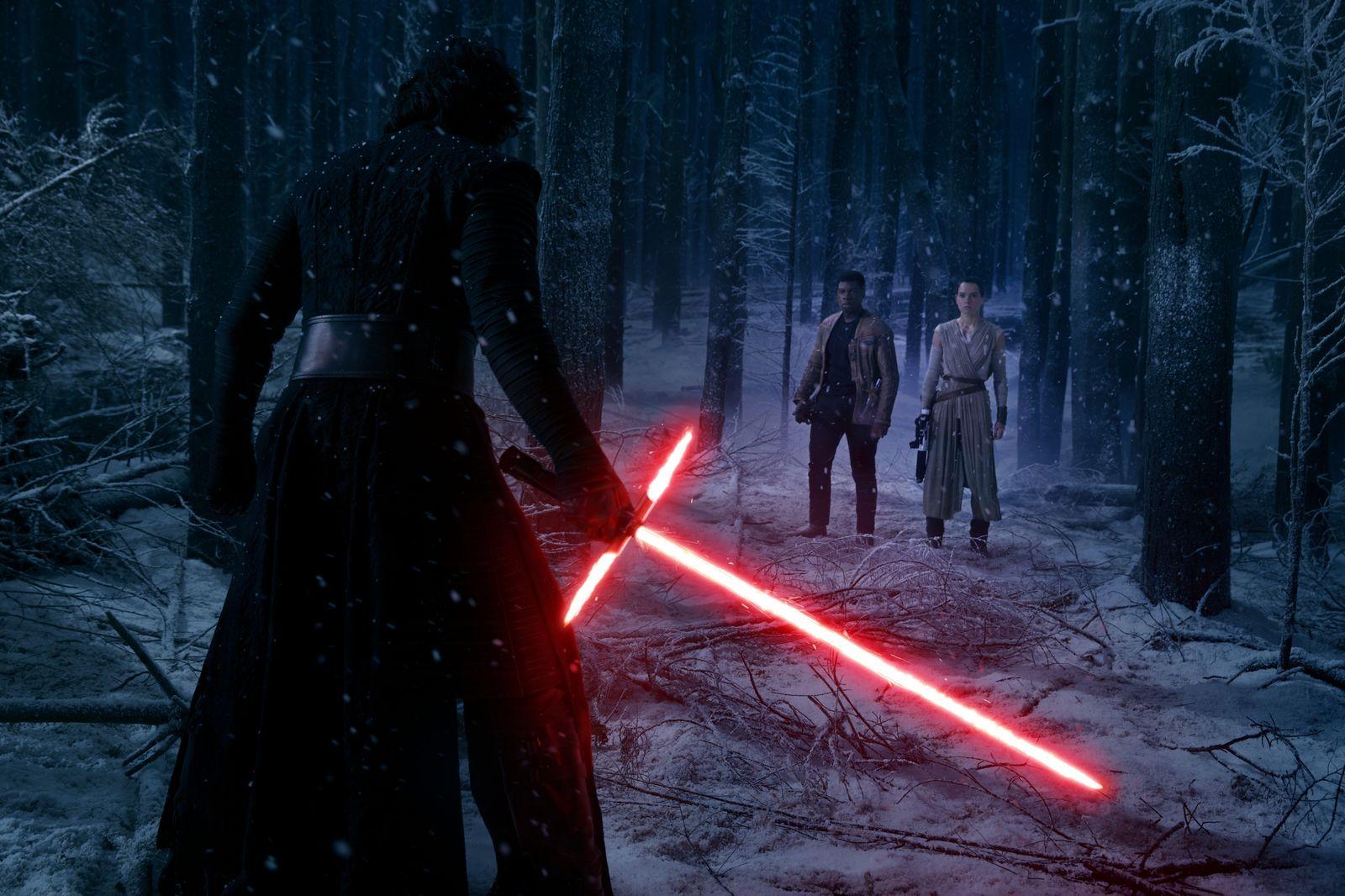 Kylo Ren em confronto com Finn e Rey em Star Wars: Episódio VII - O Despertar da Força (photo by cinemagia.ro)