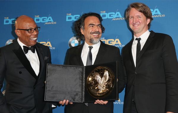 Alejandro G. Iñárritu (centro) recebe seu segundo DGA award das mãos de Tom Hooper (direita) e o presidente do DGA Paris Barclay (esquerda). Photo by dga.com