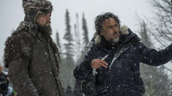 Leonardo DiCaprio recebe direções de Alejandro G. Iñárritu em set de O Regresso (photo by variety.com)