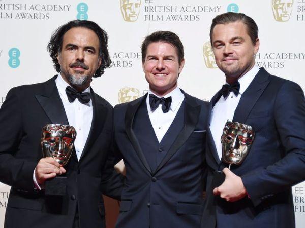 Da esquerda para direita: O diretor Alejandro González Iñárritu, Tom Cruise e Leonardo DiCaprio posam com seus BAFTAs por O Regresso (photo by usatoday.com)