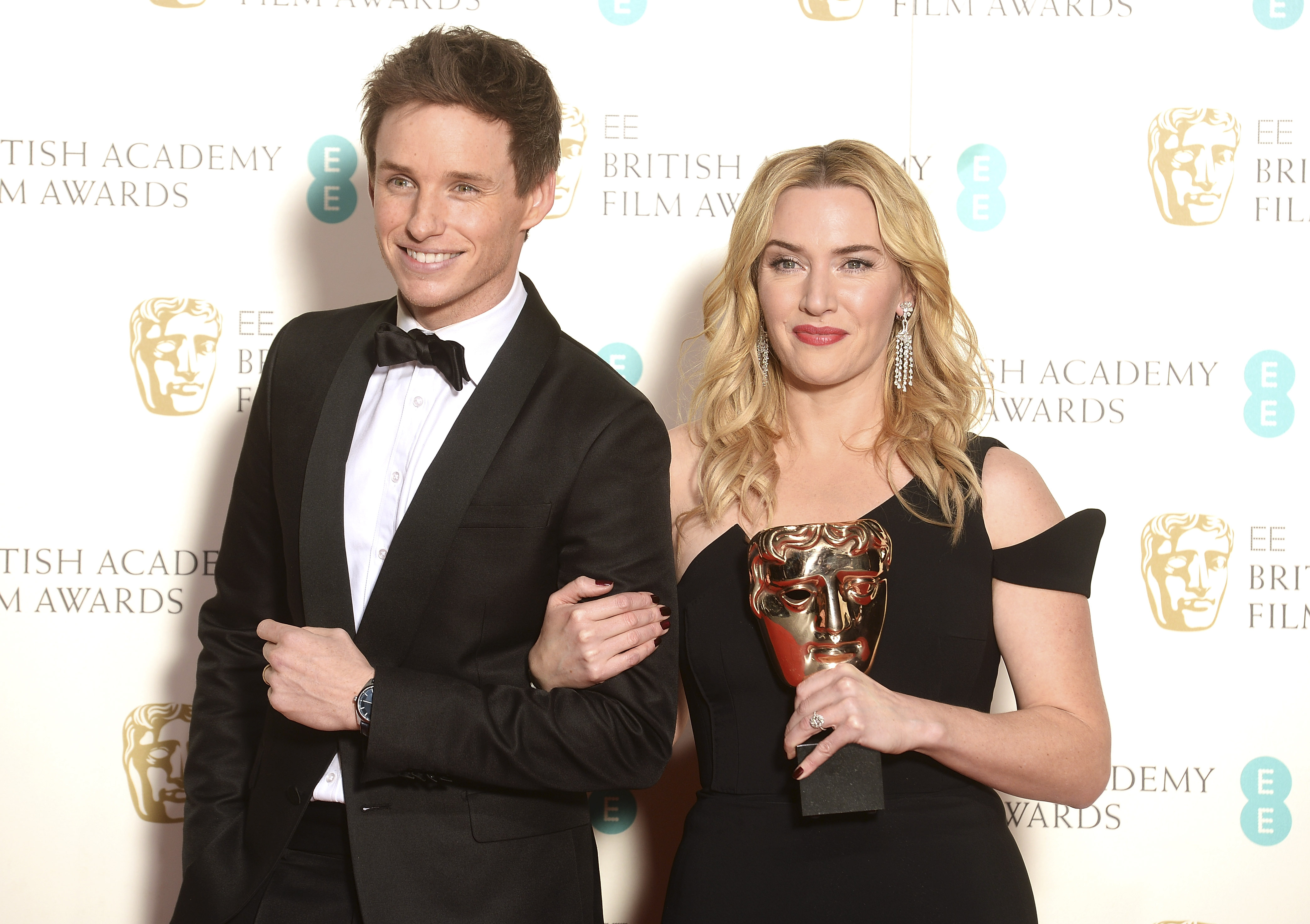 Eddie Redmayne posa ao lado da vencedora de Atriz Coadjuvante Kate Winslet (Photo by Dave J Hogan/Dave J Hogan/Getty Images)
