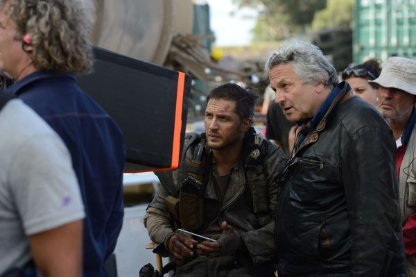 George Miller ao lado de Tom Hardy em set de Mad Max: Estrada da Fúria (photo by collider.com)