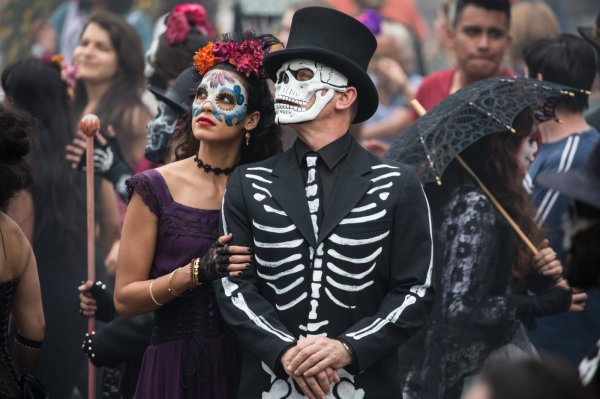 Stephanie Sigman e Daniel Craig em cena inicial de 007 Contra Spectre (photo by cinemagia.ro)